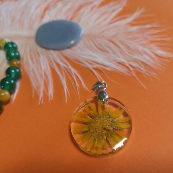 Sárga virágos műgyanta medál